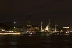 Vista del St Pauli Piers por la noche, una de tou del comandante del ` s de Hamburgo fotografía de archivo libre de regalías