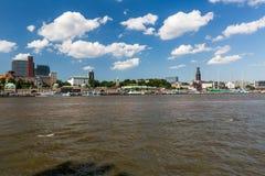 Vista del St Pauli Piers una del attrac del turista del comandante de Hamburgs imagenes de archivo