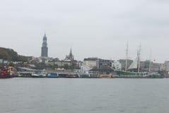 Vista del St Pauli Piers, una de attr del turista del comandante del ` s de Hamburgo fotografía de archivo