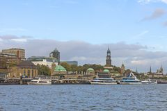 Vista del St Pauli Piers, una de attr del turista del comandante del ` s de Hamburgo fotos de archivo libres de regalías
