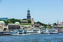 Vista del St Pauli Piers una del attrac del turista del comandante de Hamburgs Foto de archivo