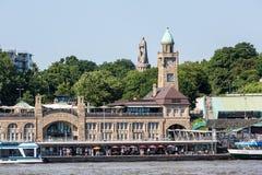 Vista del St Pauli Piers una del attrac del turista del comandante de Hamburgs imagen de archivo