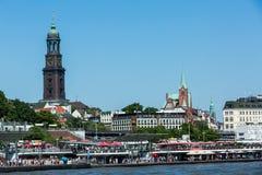 Vista del St Pauli Piers una del attrac del turista del comandante de Hamburgs fotos de archivo