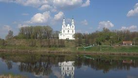 Vista del St viejo Sophia Cathedral, día de abril Polotsk, Bielorrusia almacen de metraje de vídeo