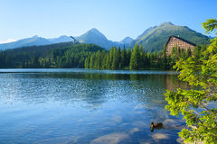 Vista del Strbske Pleso y montañas. Foto de archivo libre de regalías