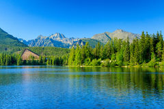 Vista del Strbske Pleso y montañas. Fotos de archivo libres de regalías