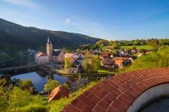 Vista del sud della chiesa di Rozmberk nad Vltavou Boemia dal castello Fotografia Stock Libera da Diritti