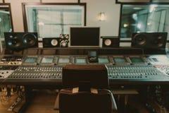 vista del suono producendo attrezzatura allo studio di registrazione con la poltrona immagini stock libere da diritti