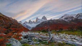 Vista del supporto Fitz Roy e del fiume nel parco nazionale di Los Glaciares del parco nazionale ad alba Autunno nella Patagonia video d archivio