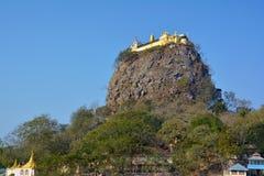 Vista del supporto Popa - posto sacro per il pellegrinaggio, Bagan, Myanmar immagini stock libere da diritti