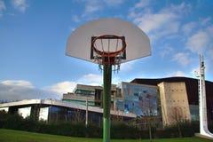 Vista del tablero y del aro del baloncesto en un urbano Imagen de archivo libre de regalías