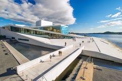 Vista del teatro dell'opera di Oslo fotografia stock libera da diritti