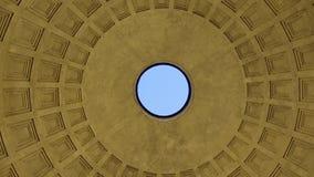 Vista del techo del panteón Ventanas viejas hermosas en Roma (Italia) almacen de video