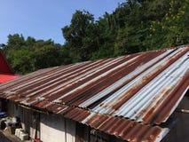 Vista del tejado del viejo estilo con el cinc oxidado imagenes de archivo