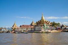 Vista del tempio buddista della pagoda di Hpaung Daw U sul lago Inle burma fotografia stock libera da diritti