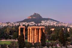 Vista del tempio dell'olimpionico Zeus ed il monte Licabetto in Fotografie Stock