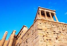 Vista del templo de Athena Nike en la entrada de la entrada de Propylaea, Atenas, Grecia contra el cielo azul foto de archivo libre de regalías