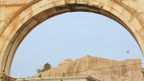 Vista del templo de la acrópolis y del Parthenon a través del arco de Hadrian en Atenas, Grecia almacen de metraje de vídeo
