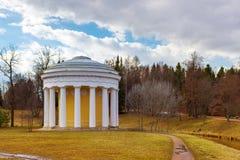 Vista del templo de la amistad en el parque de Pavlovsk imágenes de archivo libres de regalías