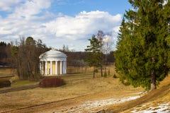 Vista del templo de la amistad en el parque de Pavlovsk fotografía de archivo