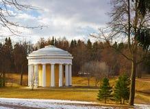 Vista del templo de la amistad en el parque de Pavlovsk en el SP fotos de archivo libres de regalías