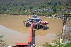 Vista del templo del devi del dhari en el dhari Srinagar, uttrakhand la India imagen de archivo