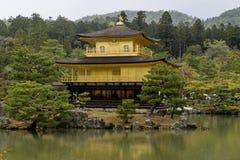 Vista del templo hermoso de Kinkaku-ji, también conocida como el pabellón de oro, Kyoto, Japón imagen de archivo libre de regalías