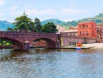 Vista del terraplén del puente y del río en la ciudad de Bosa provincia de Oristán, Cerdeña, Italia Fotografía de archivo libre de regalías