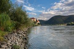 Vista del terraplén del río Danubio y del monasterio medieval Duernstein Ciudad de Duernstein, Austria imágenes de archivo libres de regalías