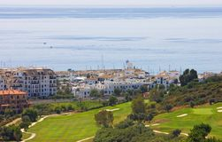 Vista del terreno da golf di Duquesa e giù al Mar Mediterraneo dentro Immagine Stock Libera da Diritti