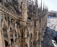 Vista del tetto dalla cattedrale di Milano alla piazza centrale immagine stock