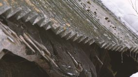 Vista del tetto di una casa abbandonata coperta nell'inverno stock footage