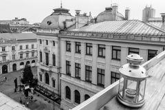 Vista del tetto di una lanterna sopra un piccolo quadrato Il nero di orizzontale Immagini Stock