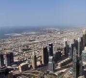 Vista del tetto sul Dubai dal 154° piano del Burj Khalifa fotografie stock libere da diritti