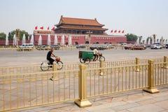 Vista del Tiananmen con le automobili & le biciclette Fotografie Stock Libere da Diritti