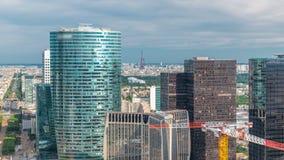 Vista del timelapse della torre Eiffel e di Parigi dalla cima dei grattacieli nella difesa della La del distretto aziendale di Pa video d archivio