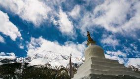 vista del timelapse 4k del monastero in montagne dell'Himalaya, Braka, Nepal video d archivio
