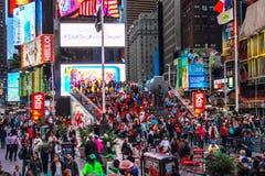 Vista del Times Square ocupado incluyendo Ruby Red Stairs icónico Fotografía de archivo