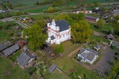 Vista del tipo difensivo chiesa nel villaggio di fotografia aerea di Murovanka Regione di Grodno, Bielorussia immagine stock