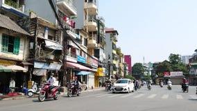Vista del tráfico ocupado en Hanoi, capital de Vietnam almacen de metraje de vídeo