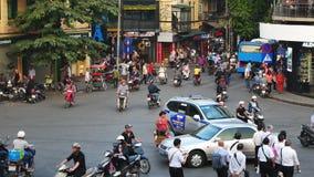 Vista del tráfico ocupado en una intersección con muchas motos y vehículos en Hanoi, capital de Vietnam metrajes