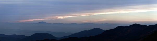 Vista del tramonto sopra catena montuosa fotografia stock