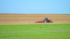 Vista del trattore che ara attraverso il campo, Champagne-Ardenne, Francia stock footage