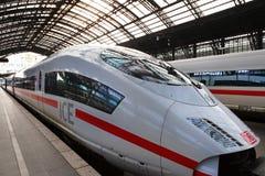 Vista del tren expreso interurbano Fotos de archivo