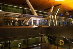 Vista del tren moderno del monorrail en el terminal Hamad International Airport imagen de archivo