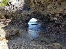Vista del tunnel da parte a parte all'oceano fotografie stock