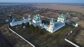 Vista del vídeo aéreo del monasterio de Nikolo-Vyazhischskiy Regi?n de Novgorod almacen de metraje de vídeo