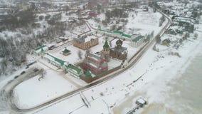 Vista del vídeo aéreo del monasterio viejo de Ladoga Nicholas Staraya Ladoga, Rusia almacen de metraje de vídeo