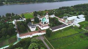 Vista del vídeo aéreo del monasterio viejo de Tolgsky Yaroslavl, Rusia almacen de video
