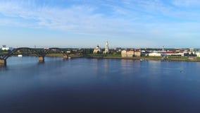 Vista del vídeo aéreo del terraplén de Volga Rybinsk, Rusia metrajes